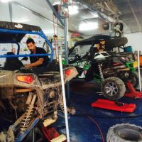 טרקטורונים עוברים תיקון במוסך