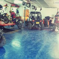 מגוון טרקטורונים במוסך